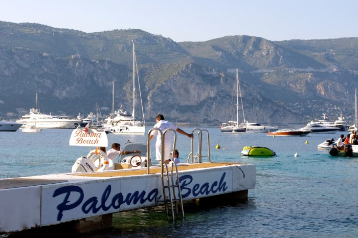 The pontoon at Paloma Beach on Cap Ferrat with taxi boat