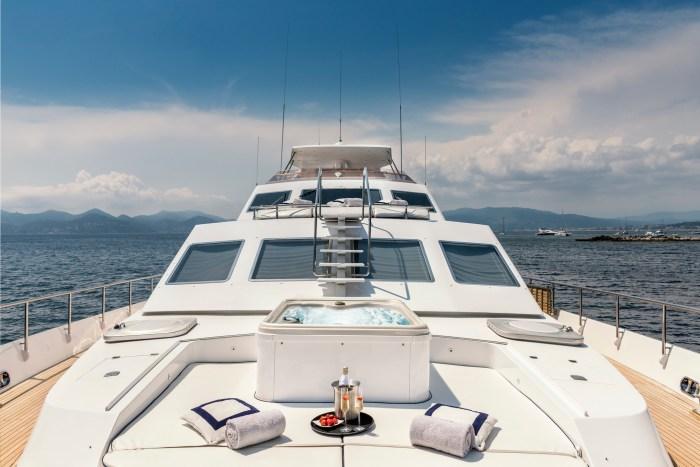 Jacuzzi on motor yacht ANTISAN