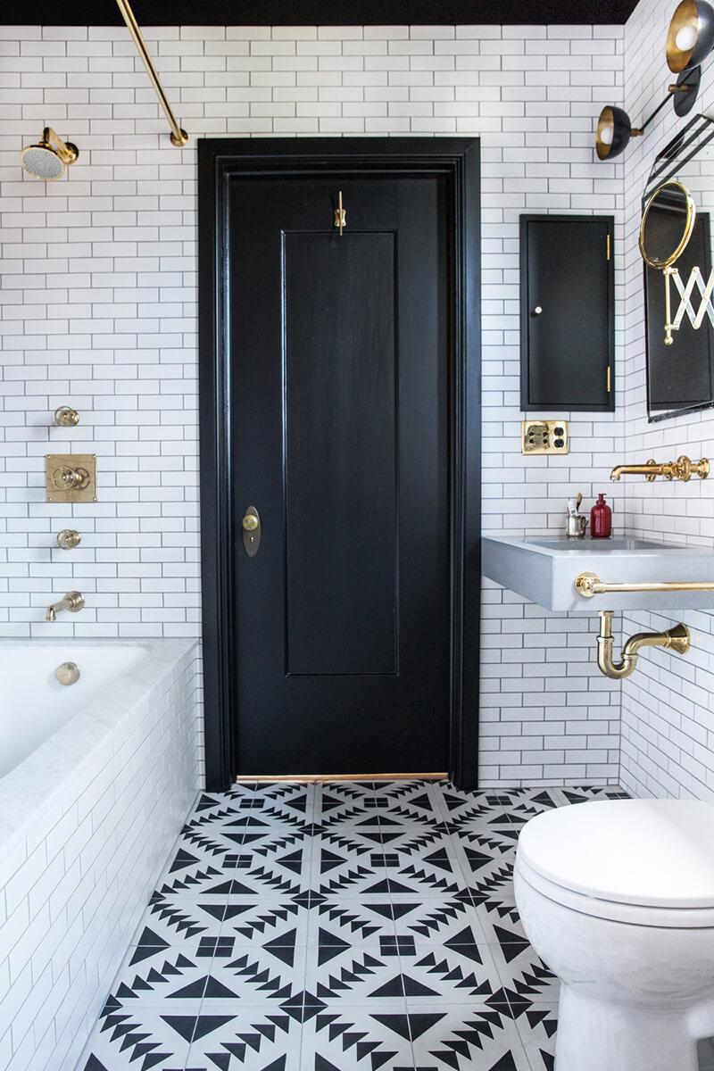 une salle de bain graphique frenchy fancy