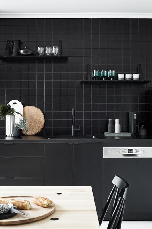 Total look noir dans la cuisine - FrenchyFancy
