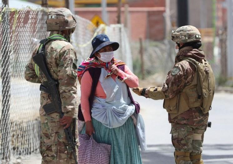 Militares bolivianos realizan un control en el municipio de El Alto durante la cuarentena.
