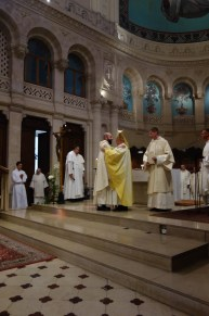 Le nouveau prêtre est alors accueilli dans le presbyterium, c'est à dire l'ensemble des prêtres, par un baiser de paix