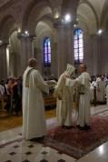 Le frère Marie-Augustin, après l'ordination, est revêtu de l'étole et de la chasuble, les vêtements du prêtre.