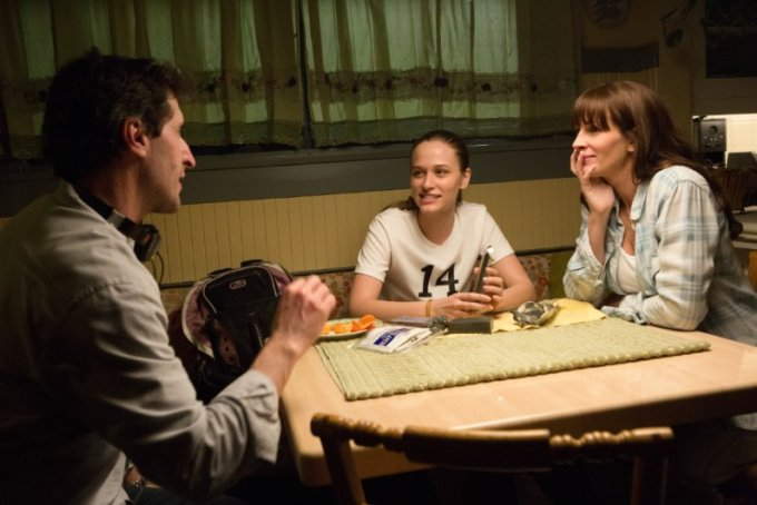 Writer-director Billy Ray counsels Zoe Graham and Julia Roberts in SECRET IN THEIR EYES. Courtesy of STX Entertainment