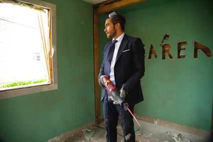Davis (Jake Gyllenhaal) destroys his home to repair his inner turmoi. (Photo Courtesy of Fox Searchlight)