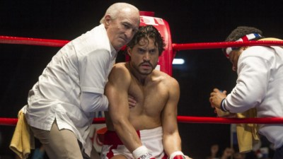 Edgar Ramirez (in gloves) stars as Roberto Duran with Robert De Niro as trainer. Photo courtesy of The Weinstein Company.
