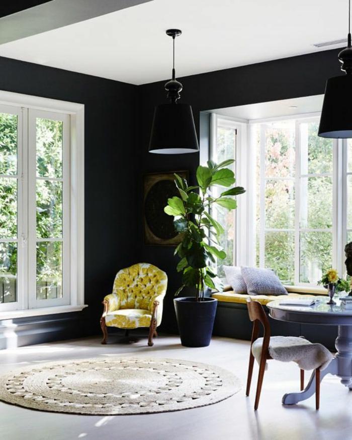 Perfekt Schwarze Wandfarbe Bringt Charme Und Dramatik Ins Innendesign Wandgestaltung  Ideen Wohnzimmer Schwarze Wandfarbe Ausgefallener Sessel Pendelleuchte