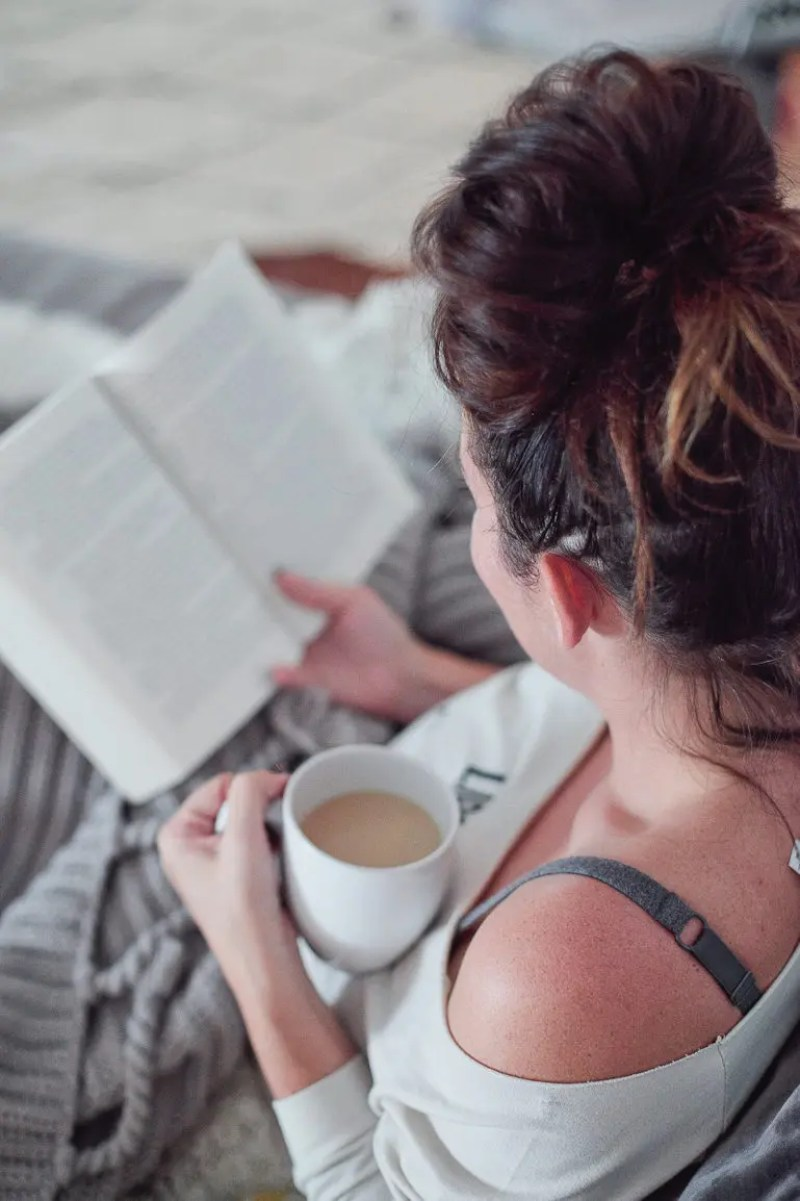 4 Ways to Cozy Up to a Book When You Don't Have Time | #FreshMommyReads Victoria Book Review