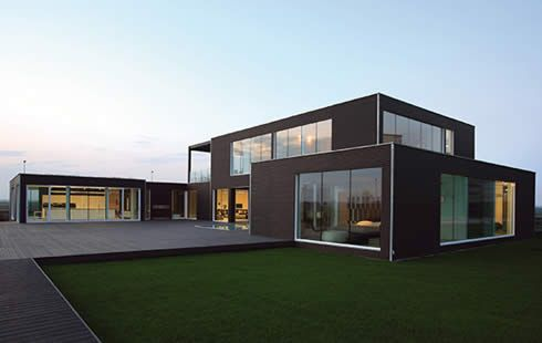 modern prefab home 1 A seductive modern prefab with a touch of Italian class