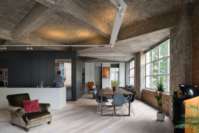 Contemporary Loft In London Disguising Its Former Warehouse