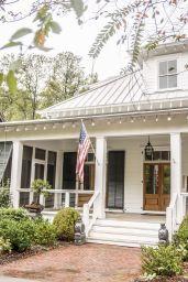 Gorgeous Farmhouse Front Porch Ideas 129