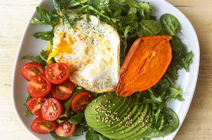 How to make variations of an easy balanced breakfast, that includes protein and fiber, clean carbs, healthy fats and plenty of vitamins. Click to read the quick tips! GrokGrub.com