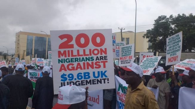 NIgerians Protest at UK embassy in Abuja1 653x365 1