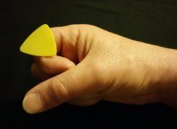 Comment tenir un « pick » de guitare? figure b