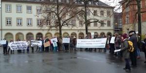 Ca. 70 Streikende sind dem Aufruf von Freund statt fremd gefolgt und protestieren am Freitag, den 11. November, vor der CSU-Parteizentrale am Bahnhof gegen das Bayerische Integrationsgesetz.