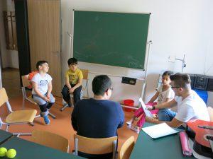 Alltag in der Vorschule: Die kleine Klasse bei der Arbeit im Stuhlkreis.