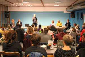 Martin Jansen begrüßte Publikum und Kandidaten auf der Podium