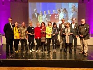 Gewinner Begegnungshelden v.l.n.r.: Frank Alexander Kühne (Vorsitzender Stiftungsvorstand), Yola Klingel (Teamleitung der Adalbert-Raps-Stiftung), Thomas Uttenreuther und Susanne Kleist (KulturTafel Bamberg des DWBF, 1. Platz Kategorie Begegnungshelden), Simone Oswald und Gabi Müssig (freund statt fremd e.V. – Lui20, 1. Platz Kategorie Begegnungshelden), Ikram Abed und Fakima Mansour (Geschwister-Gummi-Stiftung - Interkultureller Frauentreff, 2. Platz Kategorie Begegnungshelden), Pia und Dieter Schmidt (Ladentreff im Evang. Johann-Eck-Gemeindehaus der Diakonie Kulmbach), Florian Schneider (Vorstand Soziales), Bernd Bauer-Banzhaf (Männerschuppen des Diakonievereins Bamberg, Held der Heimat 2017)