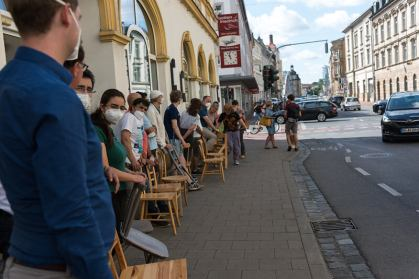 """Ameisen-Umzug bringt """"Stühle der Vielfalt"""" vom Lui20 in die Blaue Frieda."""
