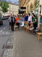 Ameisen-Umzug bringt Stühle der Vielfalt vom Lui20 in die Blaue Friede. Mit dabei u. a. auch OB Andreas Starke.