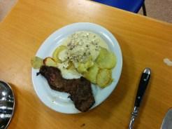 Här mer som kött, potatis och sås