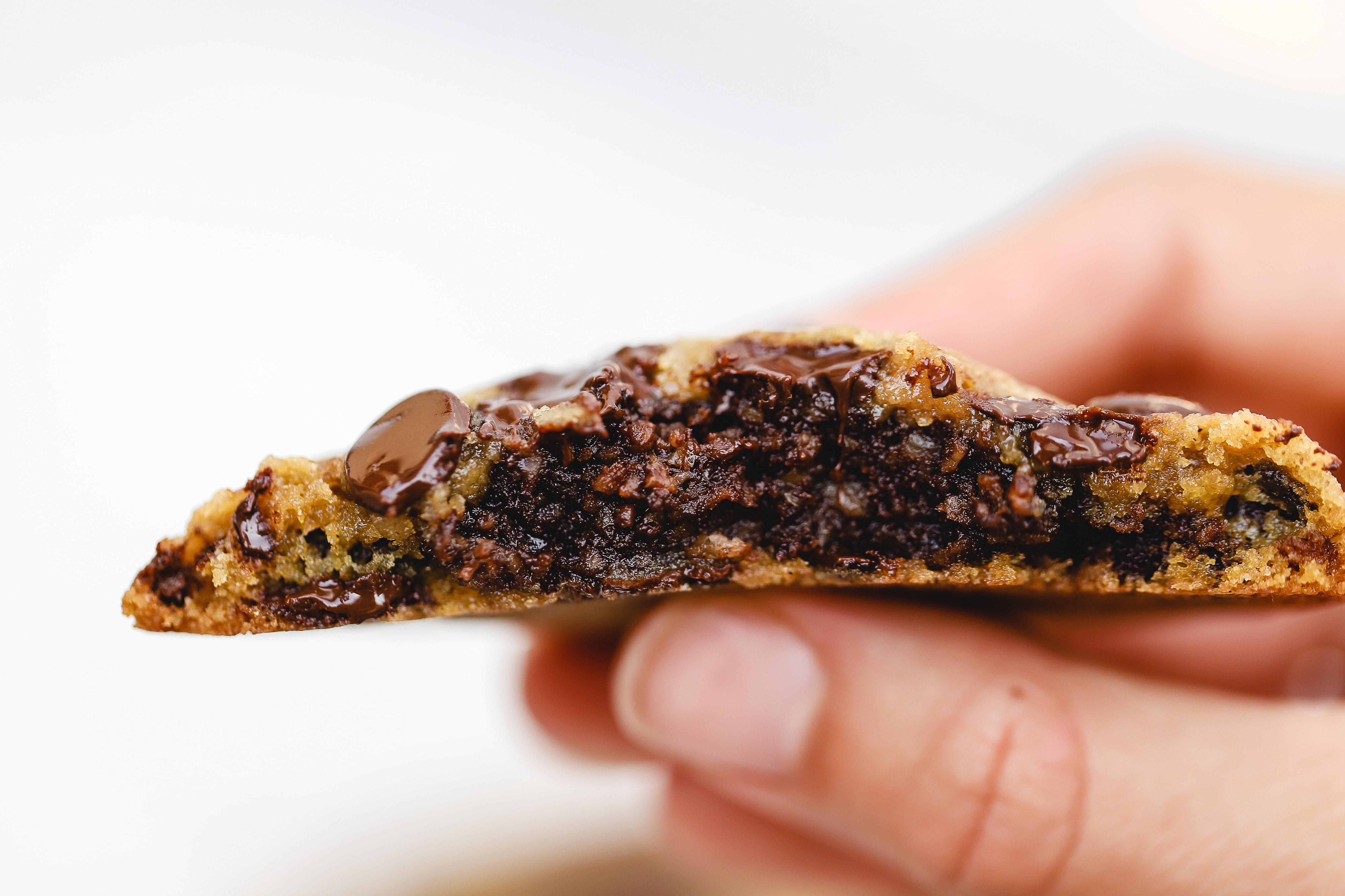 Chocolate chip cookies med chokladbollsgömma