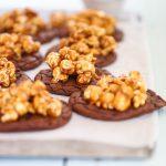 Brownie cookies med salta karamellpopcorn