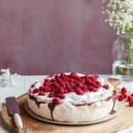 Vegansk marängtårta med choklad och hallon