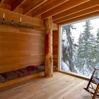 ხის სახლი კანადის მთებში