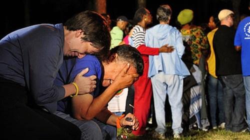 De som väntade utanför fängelset tröstade varandra