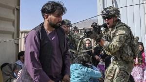 US-GIs bei der Überzeugungsarbeit am Flughafen Kabul