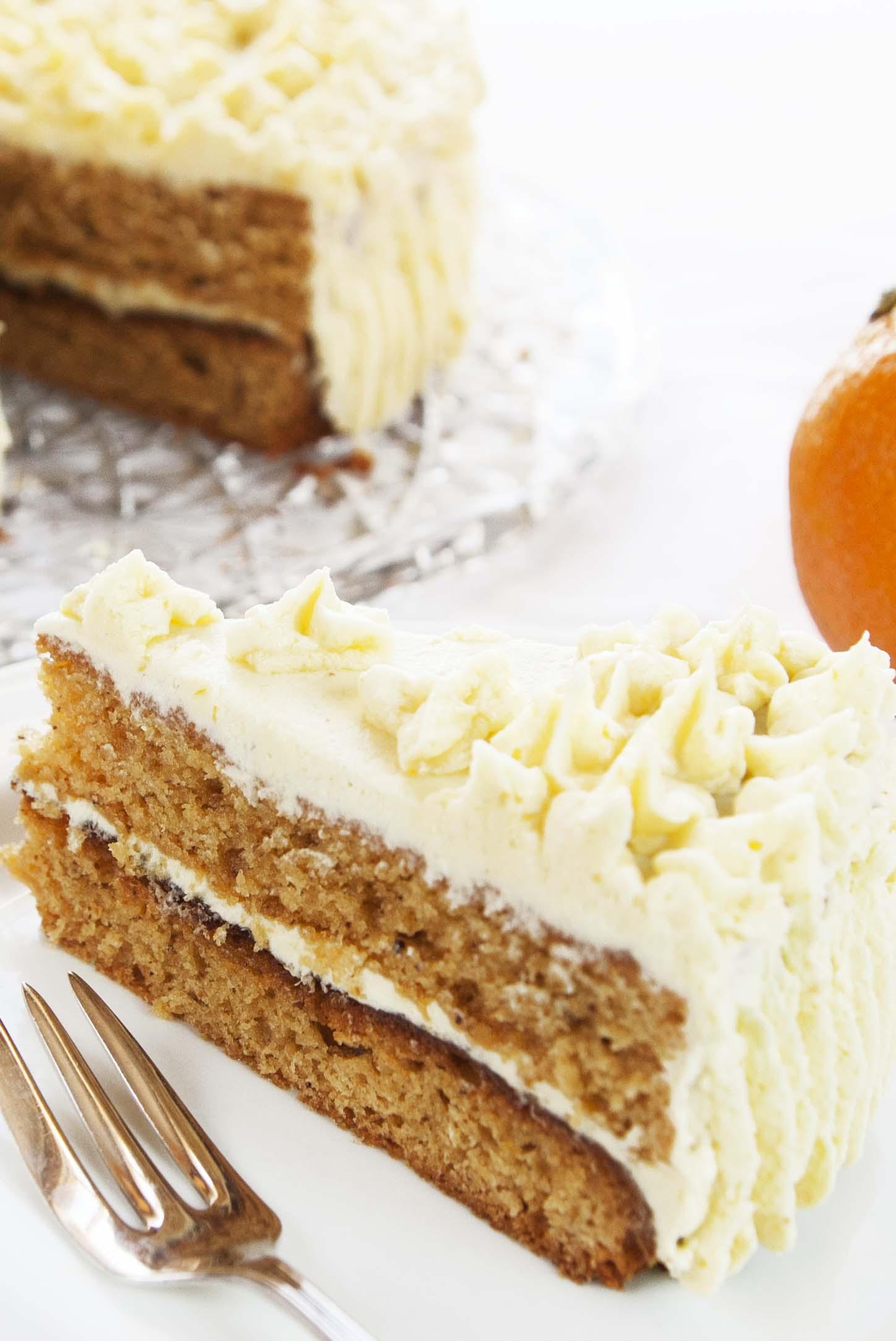 Påske-marsipankake. Marsipanen er brukt i kakebunnen. Glutenfri og vegansk.