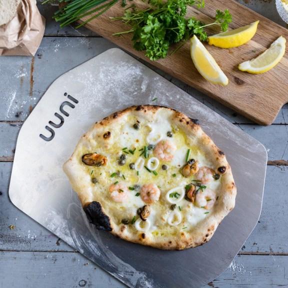 uuni-cooked-pizza-on-peel