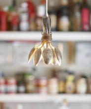 Decoração de cozinha com luminária feita de talheres.