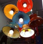 Decoração de cozinha com luminárias feitas com escorredores de macarrão.