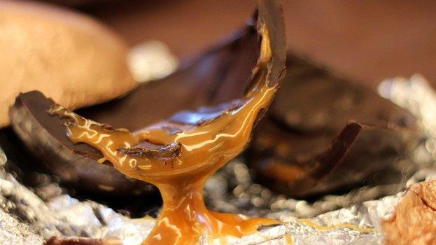 ovo-de-pascoa-recheado-de-caramelo-623x350