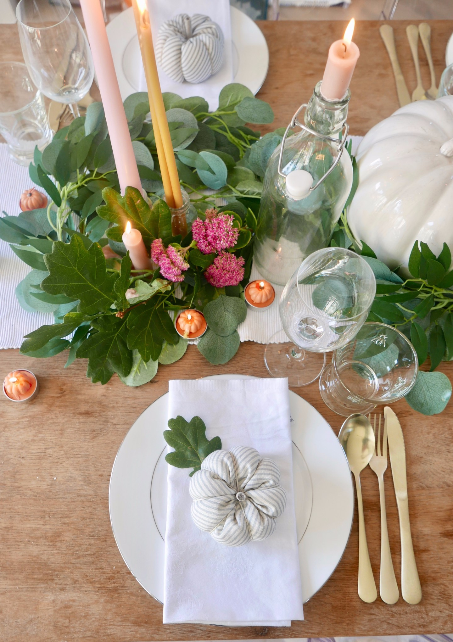 Autumn-tablescape-pink-and-orange.jpeg