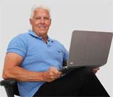 Glenn Ljunggren arbetar med Massagefåtöljer