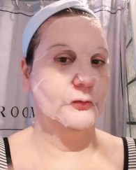 frivole et futile un sheet mask en action