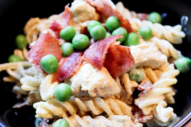 bacon, creme-fraiche, karry, kylling, kyllingebryst, opskrift, pasta, Pastasalat, ærter