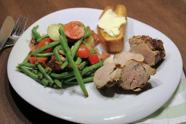 boennesalat, kartofler, tomat, kapers, bacon, olivenolie, balsamico-edikke, roed-peberfrugt, hvidloeg, dild, purloeg, salat, aftensmad, middag, gaester