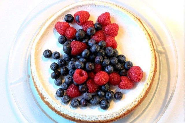 cheesecake, kage, ostekage, blåbær, blaebaer, hindbær, hindbaer, philidelphiaost, digestive-kiks