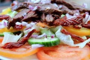 flanksteak, steak-salat, tomat, agurk, peberfrugt