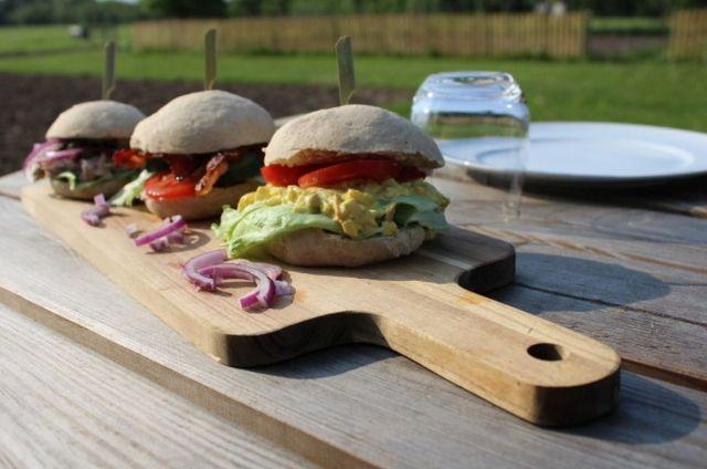 sandwichboller, sandwich, aeggesalat, bacon, salat, tunsalat, picnic