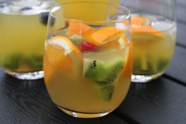 tropical-sangria, hvidvins-sangria, appelsiner, kiwi, hindbaer, malibu, hvidvin, ananasjuice, appelsinjuice