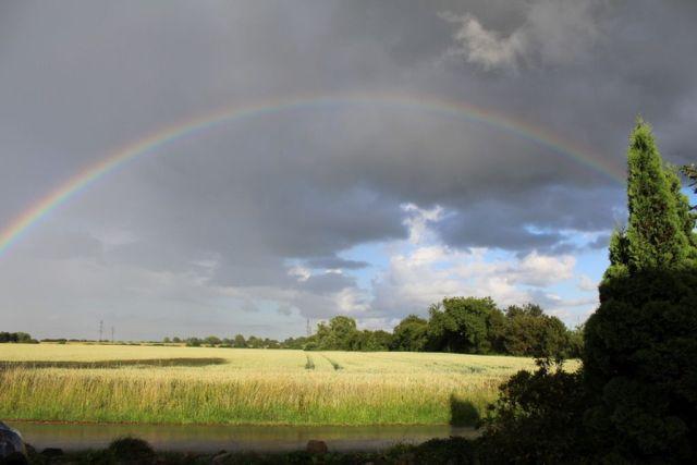 - En smuk regnbue i det knap så smukke sommervejr -