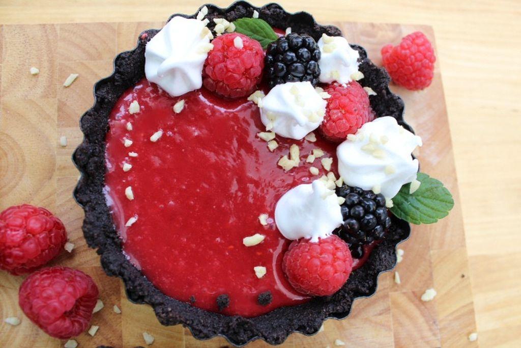 Små no bake tærter med hindbær curd og marengs