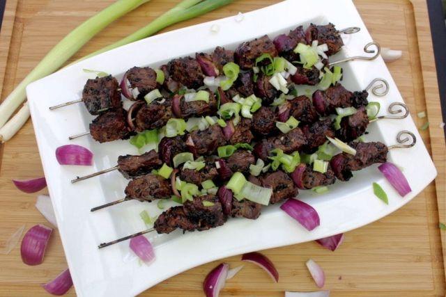 grillspyd, asiatisk-marinade, hjemmelavet, opskrift, grillmad, grillopskrift, rødløg, forårsløg, oksekød, grill