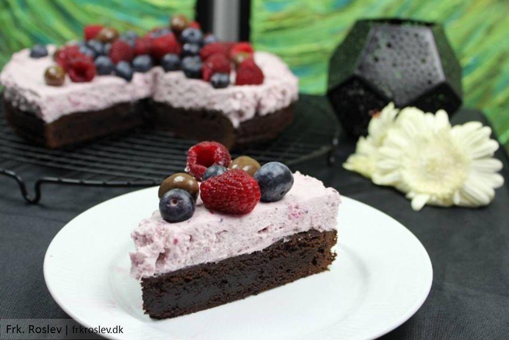 Browniekage med skovbær mousse og frisk frugt