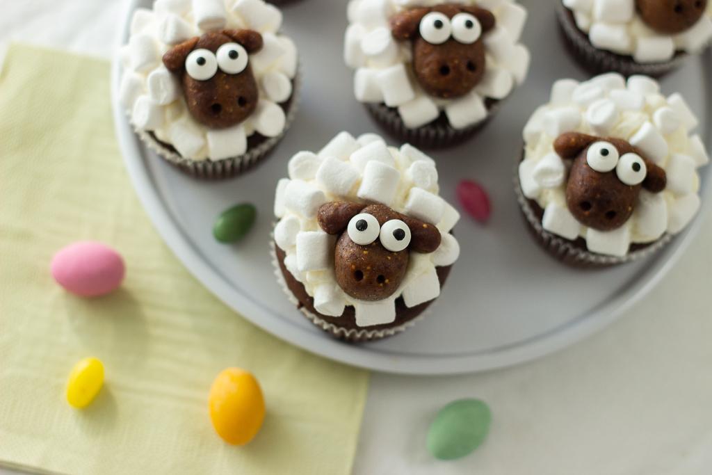 Påske cupcakes med påskelam af skumfiduser